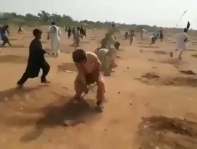 ЖИТЕЛИ ПАКИСТАНА ВЫРВАЛИ С КОРНЕМ ОКОЛО 6000 ДЕРЕВЬЕВ / PAKISTAN PEOPLE UPROOTED ABOUT 6000 TREES